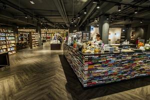 TILBURG - Boekverkopers Gianotten Mutsaers is helemaal verbouwd. De boekhandel, die al sinds 1947 bestaat, heeft behalve een rijk assortiment aan boeken en bladen, ook een coffeecorner erbij gekregen.